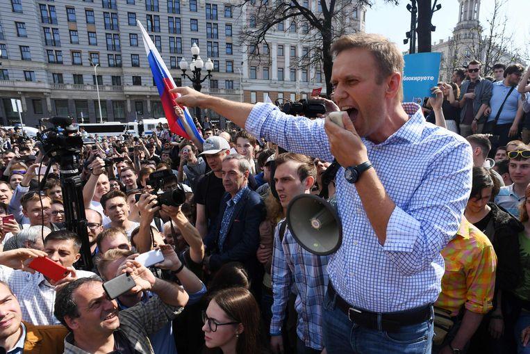 Navalny vuurt de massa aan tijdens een anti-Poetin-rally in Moskou, in 2018. Beeld AFP