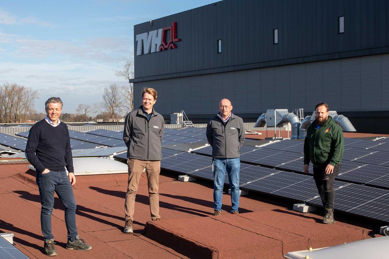 Jannes Soutaer (links) en Mario Desmet (rechts) van het bedrijf dat de zonnepanelen installeerde met Luc Rasschaert en Filip Duquesnoy van TVH (midden).