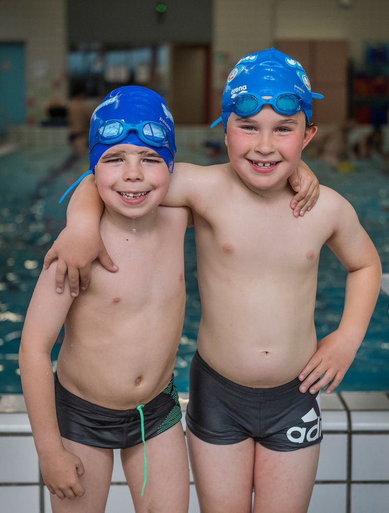 Benjamim Westerhoven (links) en Anthony Klinkenberg volgen samen zwemles. Beeld Patrick Post