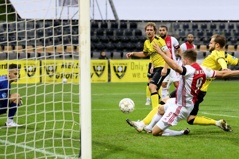 De 11-0 van Klaas-Jan Huntelaar in de gewonnen wedstrijd tegen VVV (13-0). Beeld ANP