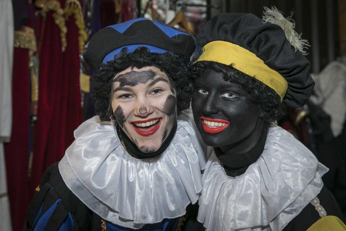 Pieten in de Sinterklaascentrale in Soest waar vorig jaar zowel Zwarte Pieten als roetveegpieten werden geschminkt.