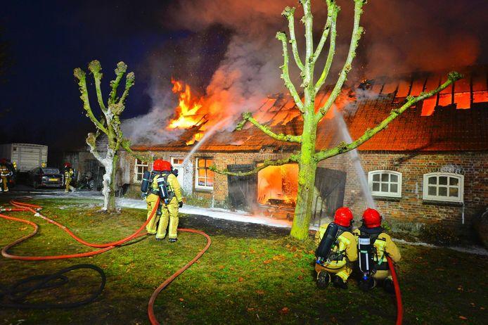 Hevige vlammen uit een woning in Riethoven.