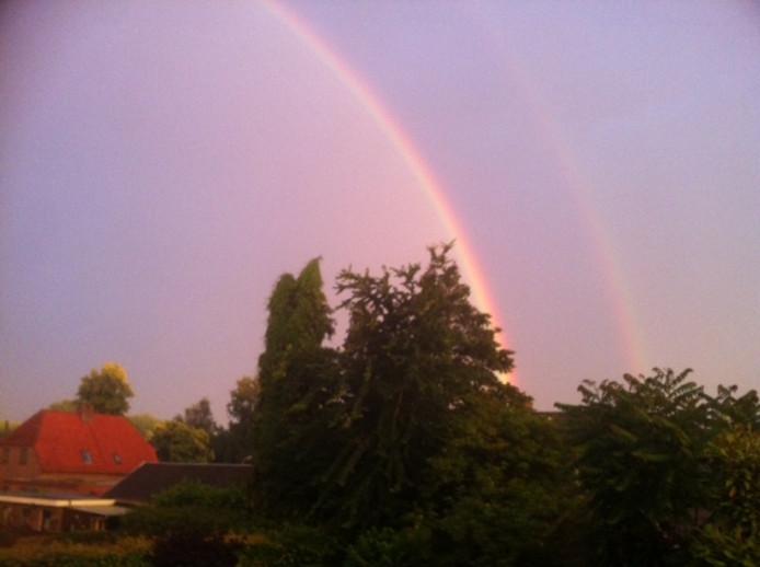 Een dubbele regenboog was donderdagavond te zien in Engelen.