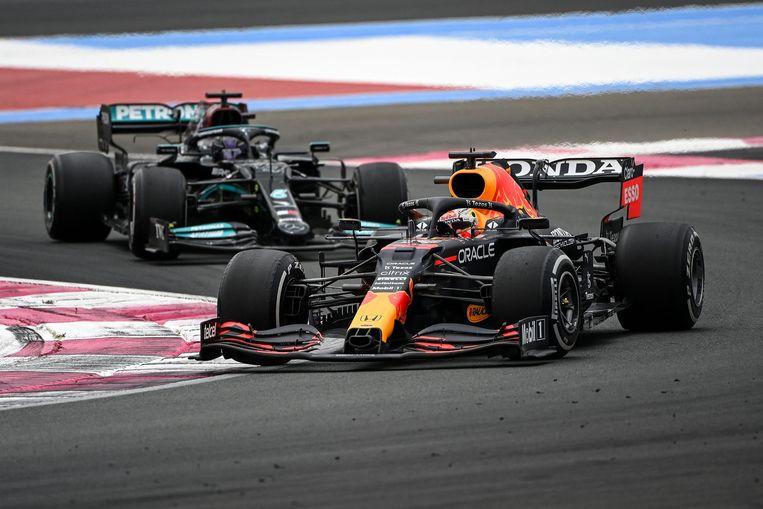 Max Verstappen voor Lewis Hamilton zondag tijdens de Grote Prijs van Frankrijk op het circuit Paul Ricard. Beeld AFP