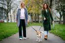 Heleen van Dijk (l.) gaat graag met Puck aan de wandel als Laura Hettema (r.) moet werken.