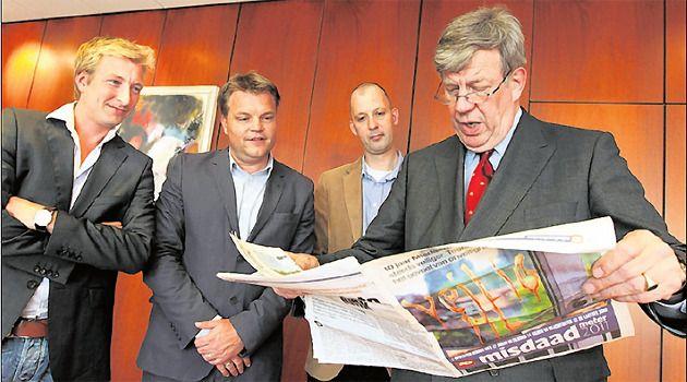 Minister Opstelten bekijkt de Misdaadmeter, samen met verslaggever Koen Voskuil, hoofdredacteur Christiaan Ruesink en verslaggever Jeroen de Vreede van het AD. Foto Pim Ras