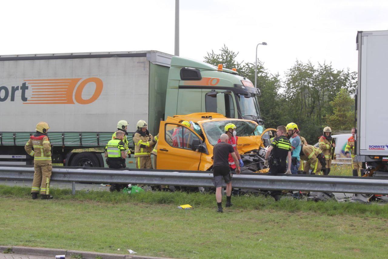 Bij een ongeval op de A50 ter hoogte van tankstation De Somp in Apeldoorn raakte vrijdagmiddag een persoon zwaargewond.