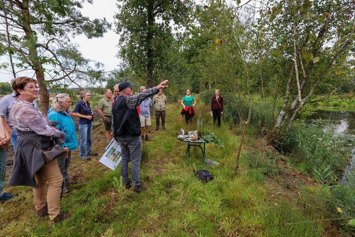 Medewerkers en vrijwilligers van Brabants Landschap geven uitleg rond het opgeknapte Greveschutven in Waalre.