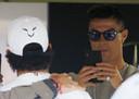 Cristiano Ronaldo neemt een foto van Lewis Hamilton.