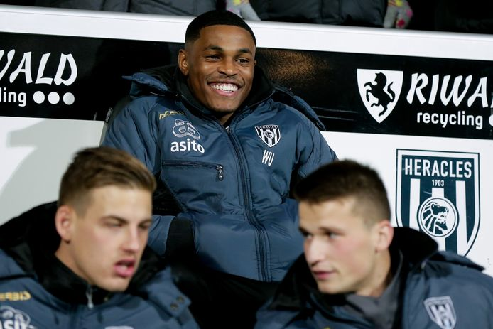 Jeremy Cijntje (midden) zit bij Heracles op de bank, maar werd wel uitgenodigd voor de nationale ploeg van Curaçao, waar Guus Hiddink de bondscoach is.