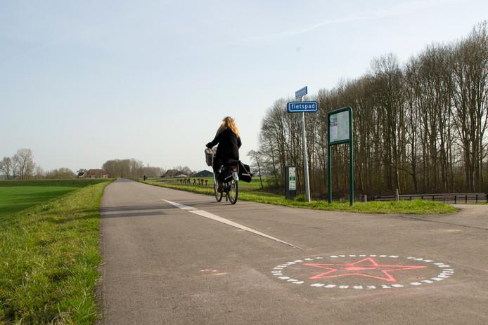 Een fietser passeert de ster in Voorst.