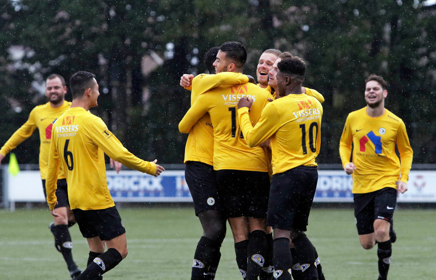 Een juichend elftal nadat Witting raak schoot na een voorzet van Puriël: het is een beeld dat men in de toekomst in Halsteren zal willen zien.