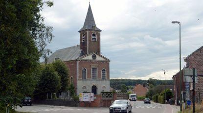 De kasseien aan de kerk veroorzaken al decennia geluidshinder voor buurtbewoners. Komt er binnenkort een oplossing aan?