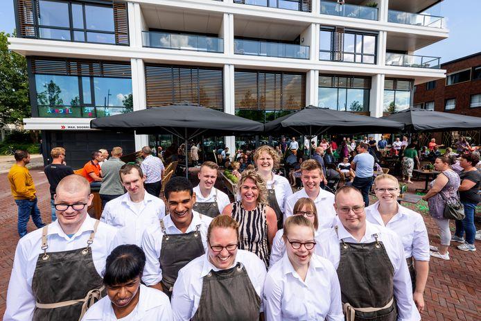 Brasserie AanDeel is woensdagochtend officieel geopend. Het personeel heeft een grote glimlach op het gezicht als het terras helemaal vol zit en de zon schijnt.