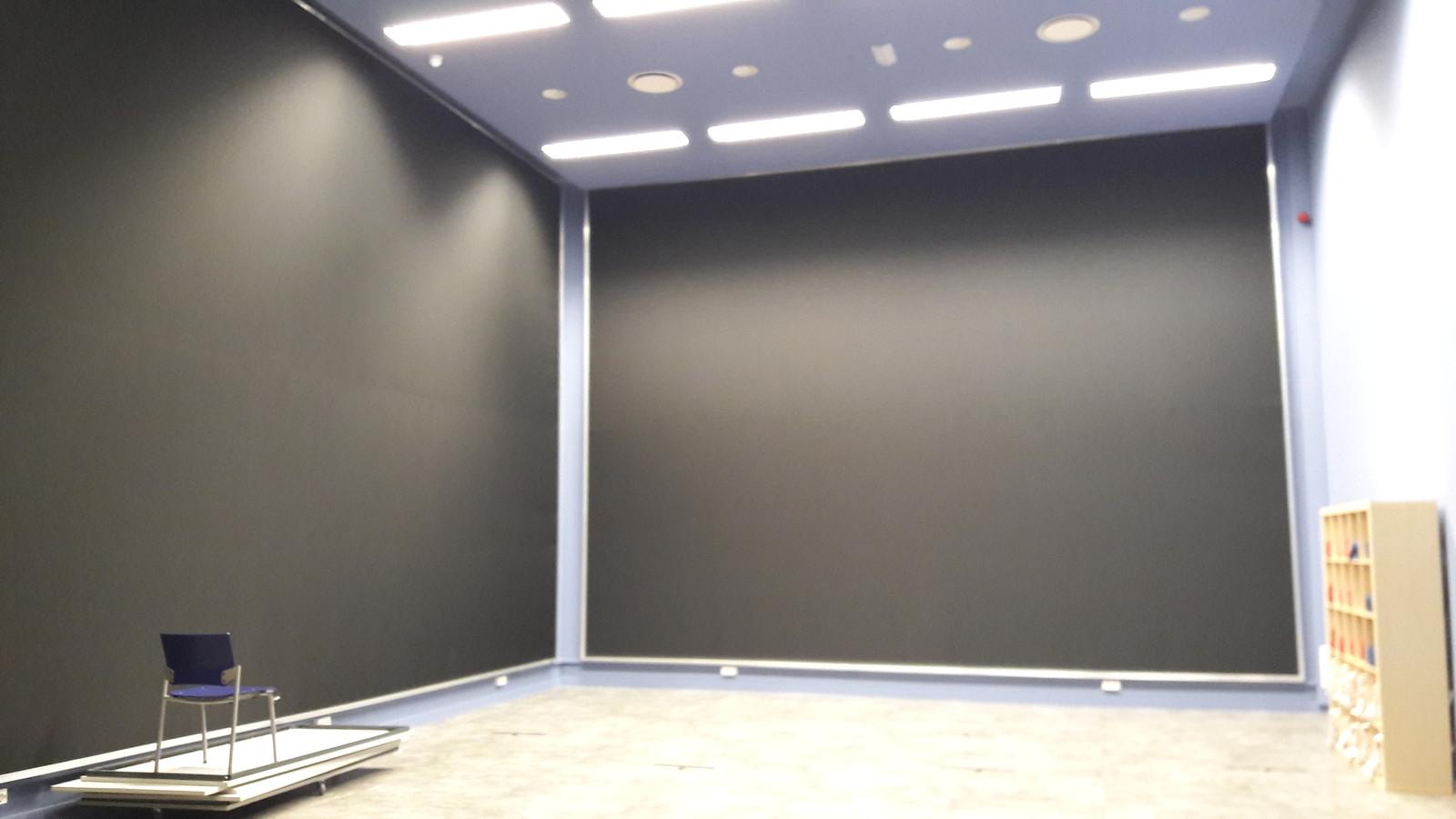 De oefenruimte van het Geldrops Muziek Korps is nu ook filmzaal. Er komt ook een nieuw podium met opbergruimte voor de stoelen.