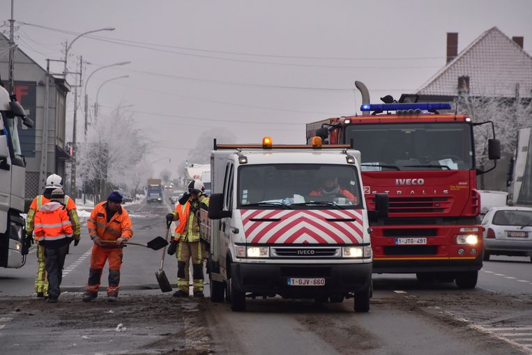 De brandweer en enkele gemeentewerkers ruimden de smurrie op.