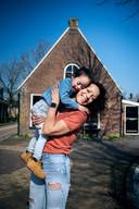 Hilde Bleijswijk woont weer in Reduzum, het Friese dorpje dat ze als tiener wilde ontvluchten. Op de foto: Hilde voor haar ouderlijk huis met zoontje Kiran.