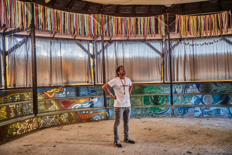 Adil  in een door Movement On The Ground gebouwde tent in het nieuwe kamp Kara Tepe. In de tent worden veel activiteiten gehouden zoals, een filmnacht voor vrouwen. Beeld Joris van Gennip