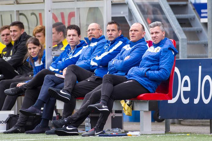 Edwin Linssen (geheel rechts) als assistent van Joseph Oosting (tweede van rechts) bij Jong Vitesse. De Limburger krijgt de lichting Onder 17 onder zijn hoede.