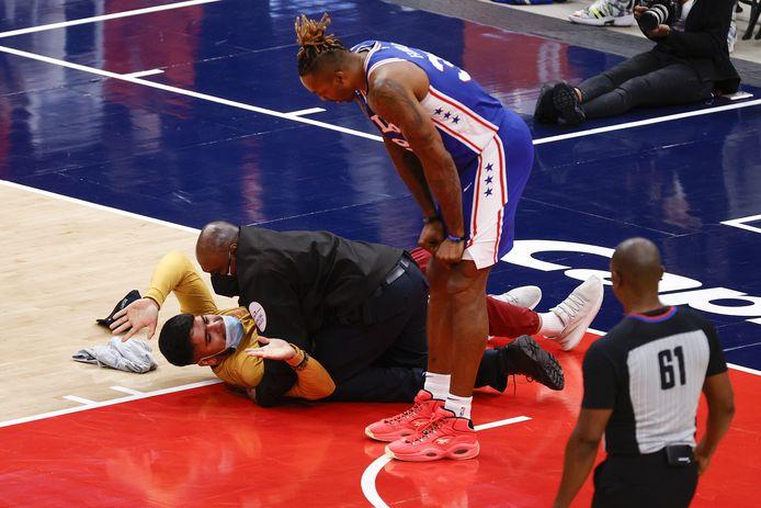 Dwight Howard van de Philadelphia 76ers ziet hoe de fan wordt overmeesterd.