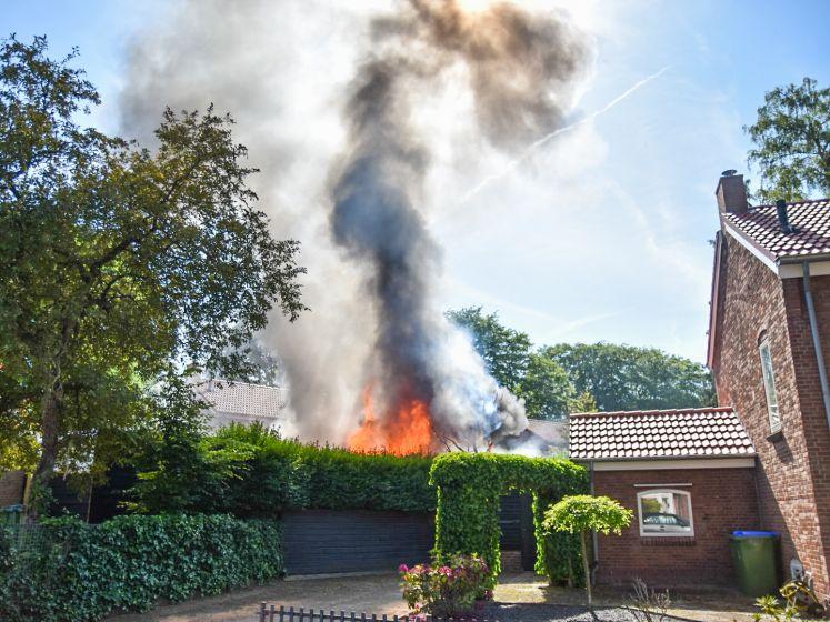 Meterhoge vlammen slaan uit schuurtjes in Oosterbeek