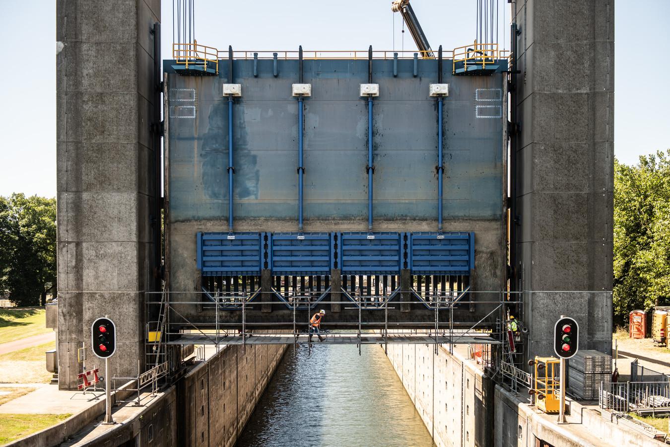 In juni vorig jaar kwamen bij werkzaamheden aan Sluis Weurt scheurtjes in het metaal aan het licht.