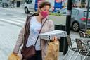 """Een kleurtje en motiefje maken een masker helemaal anders, maar volgens styliste Sarah Roelstraete scoort deze vrouw ook met de vorm van haar masker. """"Meer ronde maskers geven meer een 'accessoiregevoel'."""" Mooi meegenomen, bovenop het feit dat je geen 250 euro boete riskeert."""