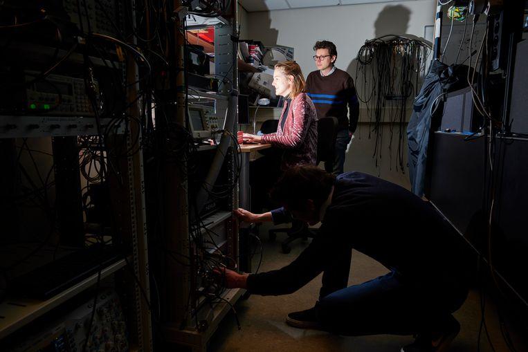 Delftse fysici bouwen eerste werkzame quantumnetwerk. Internet waarbij de rekenaars van de toekomst, supersnelle 'qubits', aan elkaar worden verbonden. Hij volgde de successen en tegenslagen van dichtbij . Beeld Niels Stomps