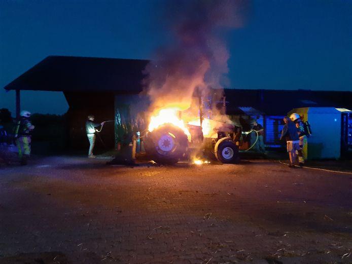 Een trekker vatte vrijdagavond vlam in Dalmsholte