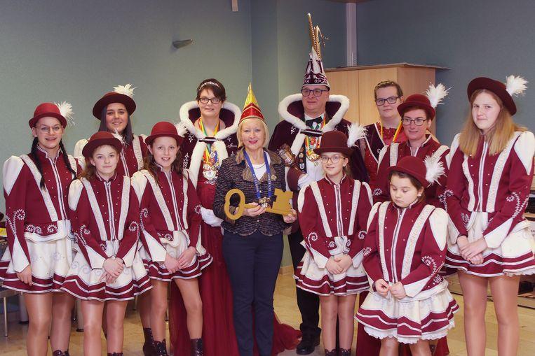 Burgemeester Vera Celis overhandigd de sleutel van de stad aan De Heiknuiters.
