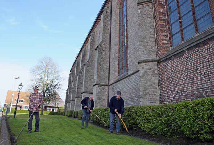 Harry Boxum (l), Koene Beugelink en Albert Westerbeek houden samen de tuin van de Clemenskerk netjes.