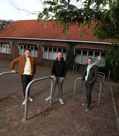 Luuk, Milan en Mark wonen straks in de oude feestzaal van hun buurtschap: 'In Corle kom je elkaar je leven lang tegen'
