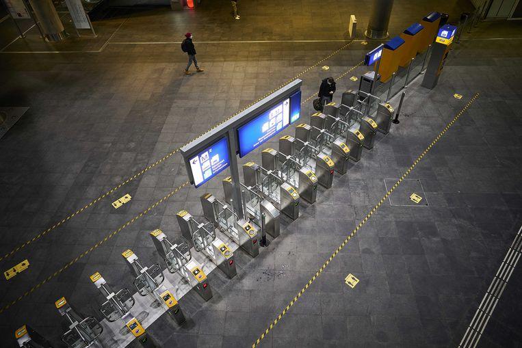 Een vrijwel lege stationshal in Den Haag tijdens de lockdown. Beeld ANP