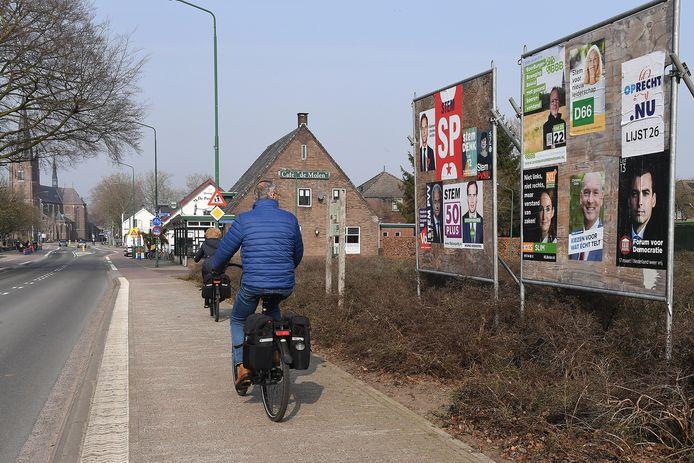 Verkiezingsborden voor de Tweede Kamerverkiezingen, aan de Kerkstraat in Haps.