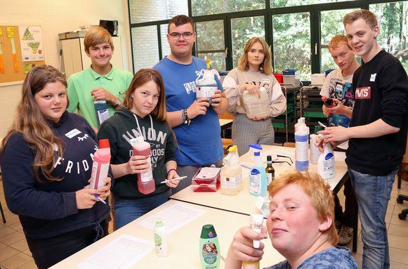 De leerlingen leren verschillende schoonmaakproducten kennen tijdens de workshop.