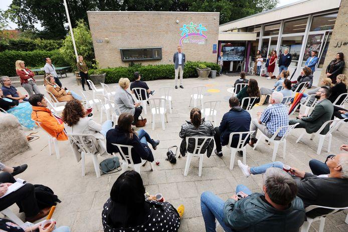 Bestuurder Arnoud Wever (M) spreekt op het schoolplein van de J.J. Anspachschool de leden van de gemeenteraad toe. Dit om ze op andere gedachten te brengen betreft de gemeentelijke bezuinigen die de nieuwbouw van de school treffen.