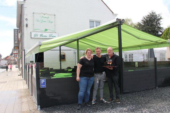 Johan Delaere van café De Groene Deve met dochter Axelle en hulp Niels.