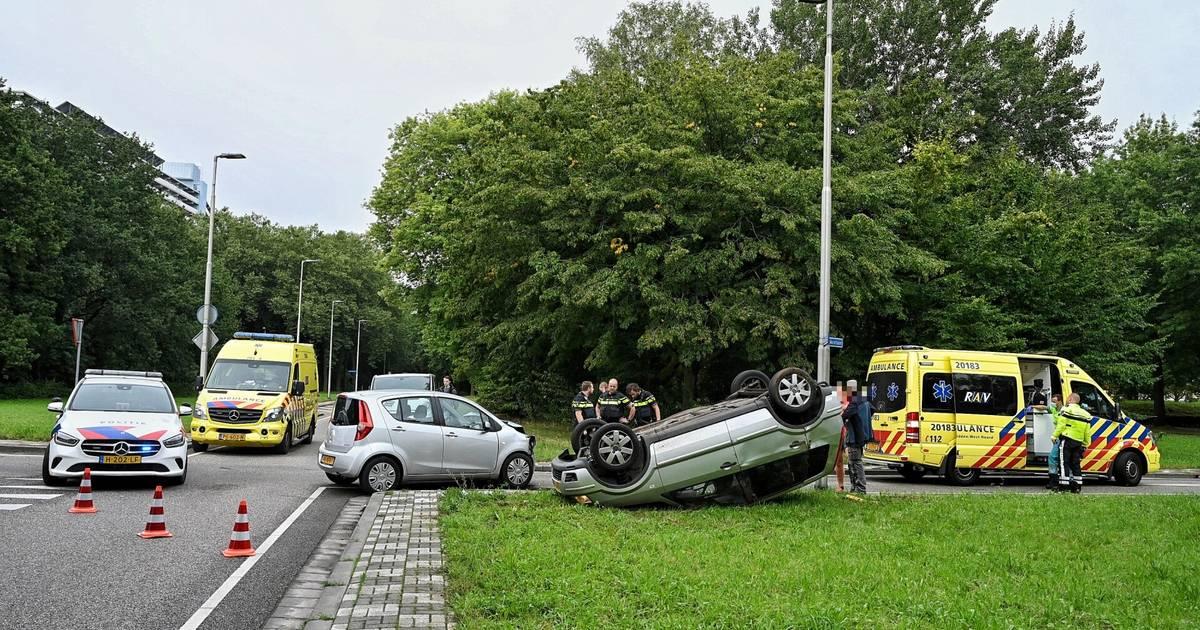 Auto slaat over de kop na botsing in Tilburg, twee gewonden.