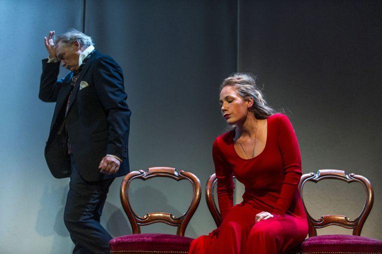 Scène uit Eline Vere met rechts actrice Hanne Arendzen. Beeld Ben van Duin