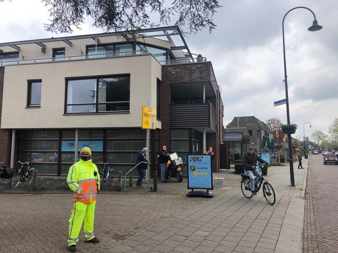 Het kan niet missen: borden, banners en verkeersregelaars wijzen de weg naar de GGD priklocatie aan de Prior van Milstraat.