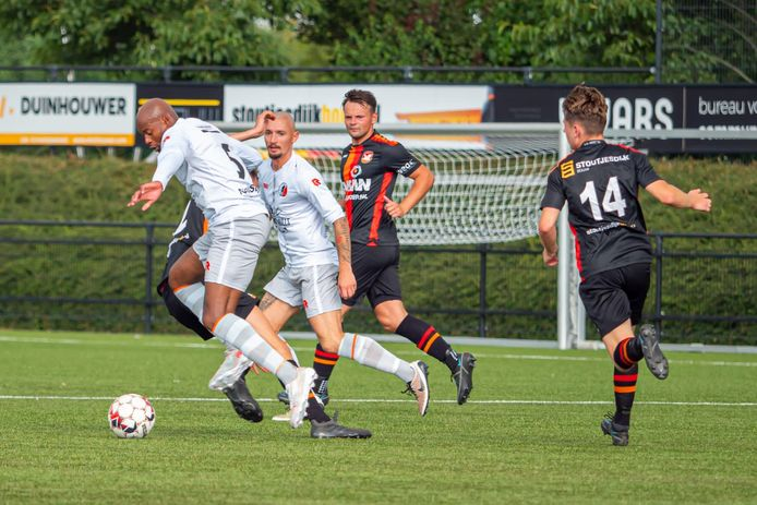 SC Kruisland-speler Yoeri Rombouts (meest rechtse speler in het witte tenue)