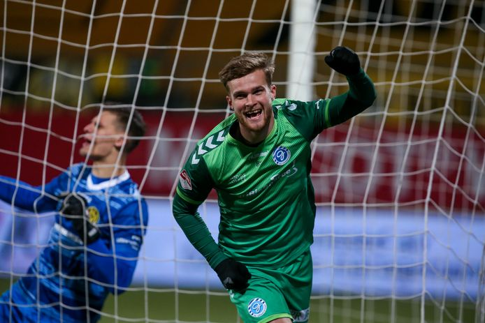 Joey Konings viert zijn 0-2 voor De Graafschap tegen Roda JC.