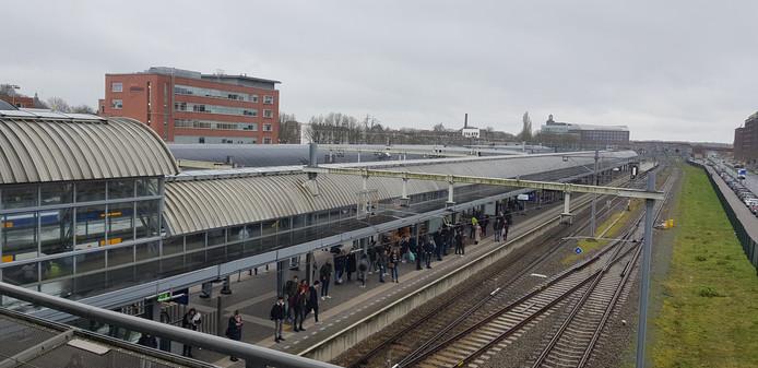 Bij de sporen 6 en 7 gaat het dak er letterlijk af.