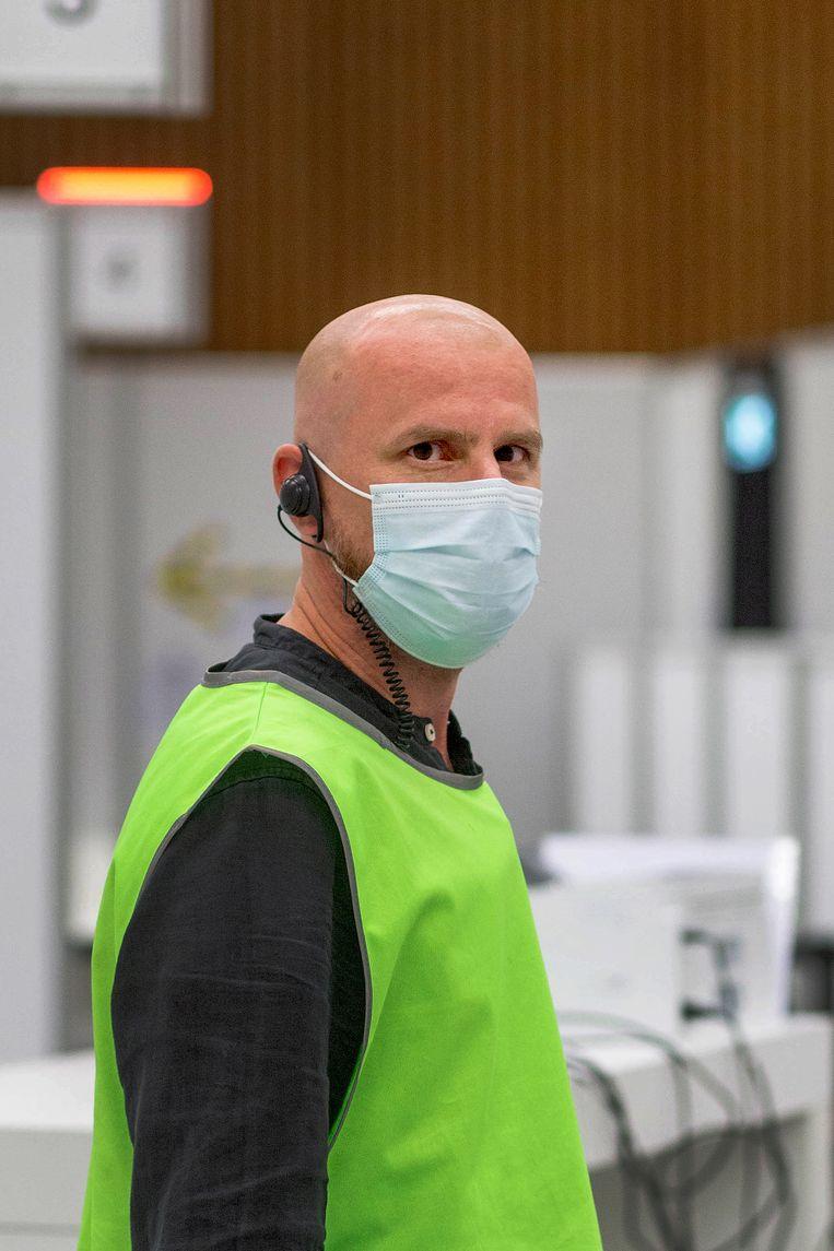 Rogier Cloin is dagcoördinator op de GGD-priklocatie in de sporthal in Uitgeest.  Beeld Maartje Geels
