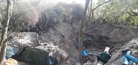 Gemist? Woedende dakloze in Haagse duinen weigert hulp en boetes voor corona-overtreders in Transvaal