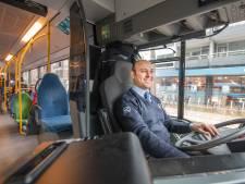 Mohamed uit Syrië is dolgelukkig achter het stuur van de bus in Apeldoorn