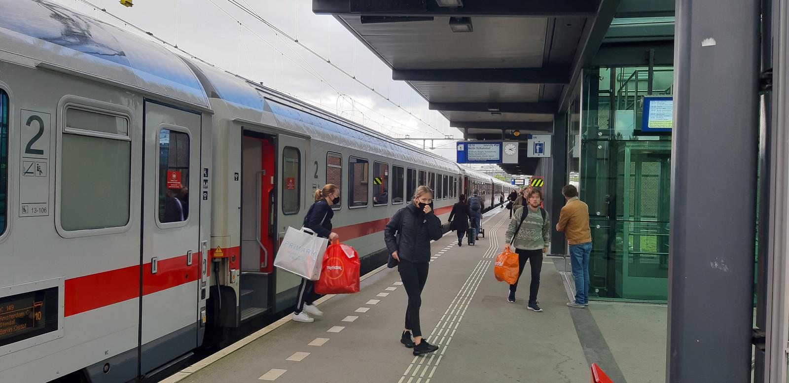 De internationale trein naar Berlijn op station Deventer.