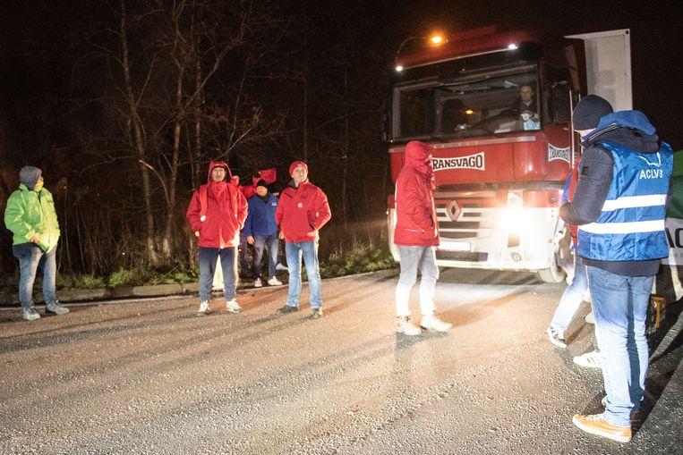 Het stakerspiket aan de Coupure hield vrachtwagens tegen, tot de deurwaarder langs kwam en dreigde met een dwangsom van 1.000 euro per actievoerder.