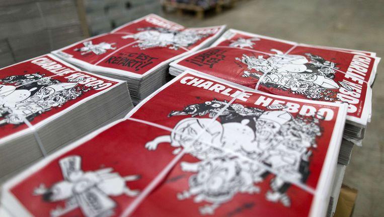 Op de cover van de nieuwe Charlie Hebdo is een hond op de vlucht voor een bende waarin we de trekken van Sarkozy, Marine Le Pen, een jihadist, de paus en een zakenman herkennen.