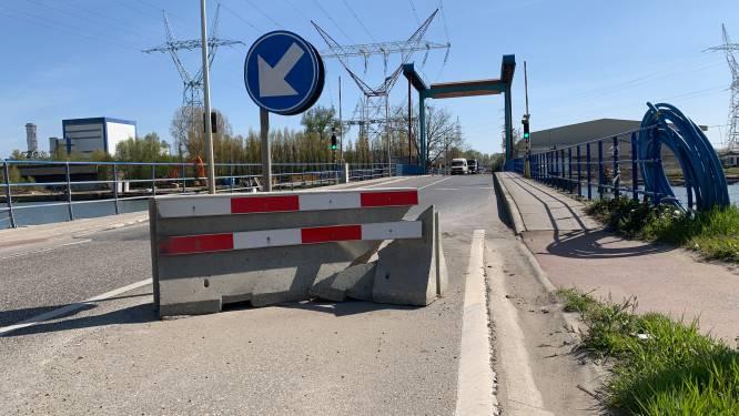 Betonblok die verkeer moet doen afremmen zelf aangereden